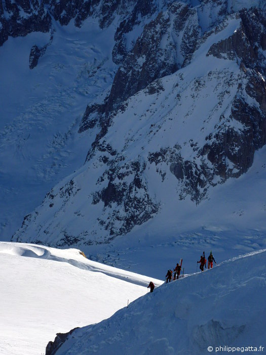 Skiers descending toward the Vallee Blanche (© A. Gatta)