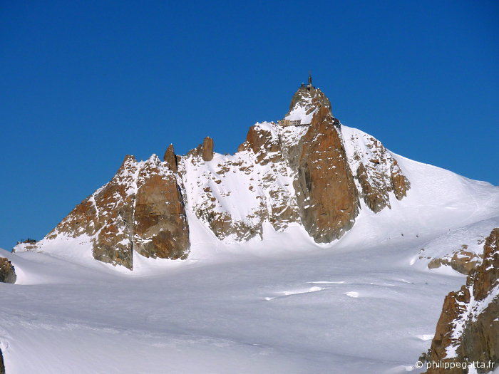 The Cosmiques ridge starts at the pass on the left and ends at the Aiguille du Midi (© P. Gatta)
