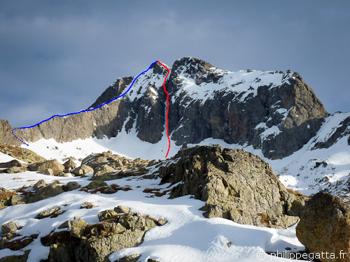 West Couloir (red) and Southwest ridge (blue) of Gelas (© Philippe Gatta)