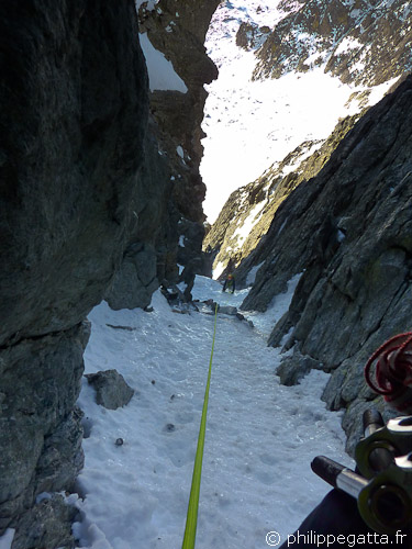 In the icy section of the West Couloir of Gelas (© Philippe Gatta)