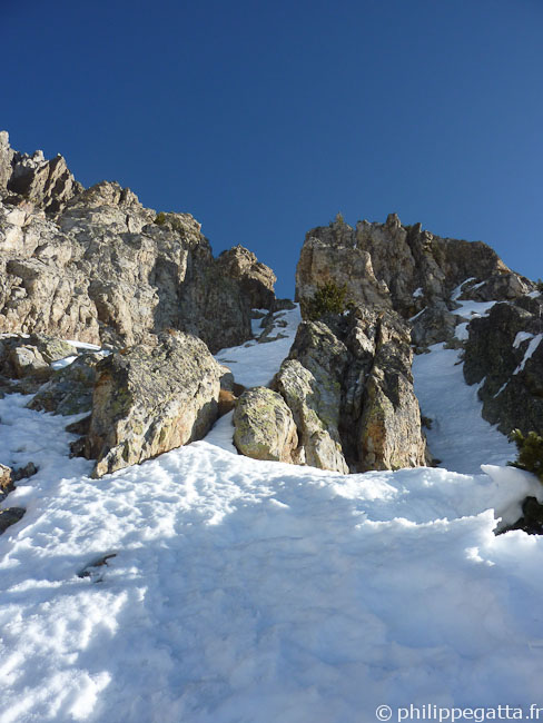 Half way in the Right Gully in the West face of Cime Fremamorte (© Philippe Gatta)
