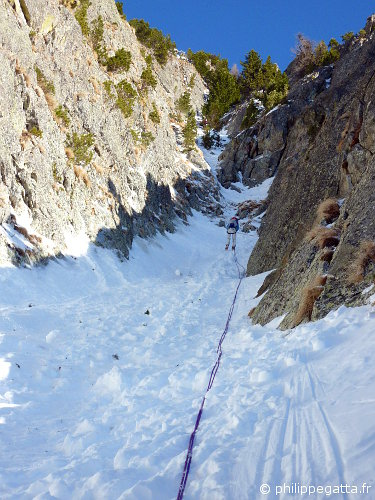 Anna abseiling the 3rd pitch (© P. Gatta)