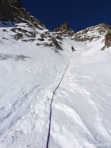 Philippe climbing toward the 2nd ice fall of the Garriou - Pippolini route (© A. Gatta)