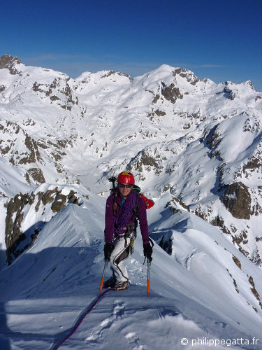 Anna on the summit ridge of Mont Neiglier. Mont Clapier and Lac de la Fous behind (© P. Gatta)