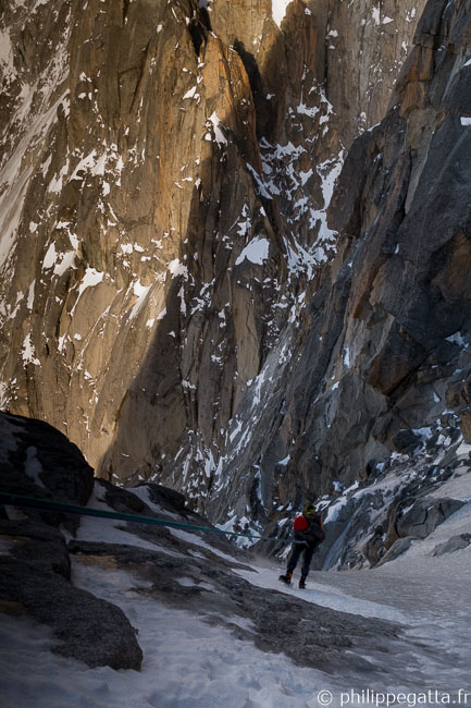 Rapelling in the north couloir of Les Drus (© P. Gatta)