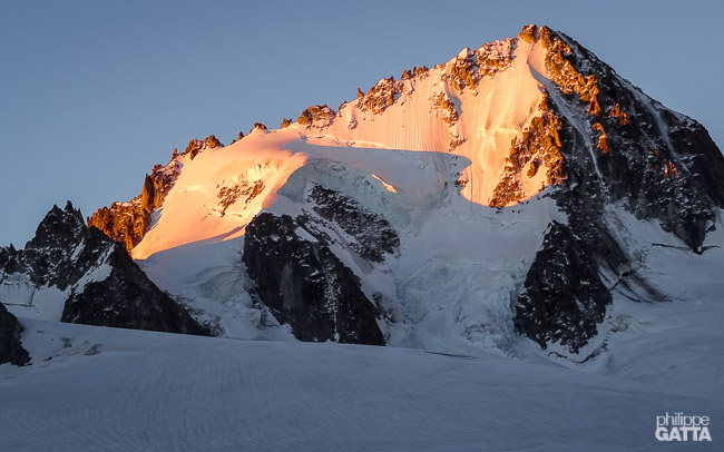 Sunrise on Aiguille Chardonnet and the Arête Forbes on the left (© A. Gatta)