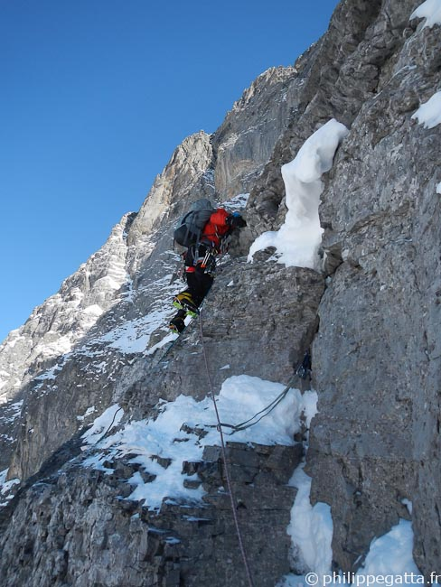 Alex in a committing pitch between the 2 icefields (© Philippe Gatta)