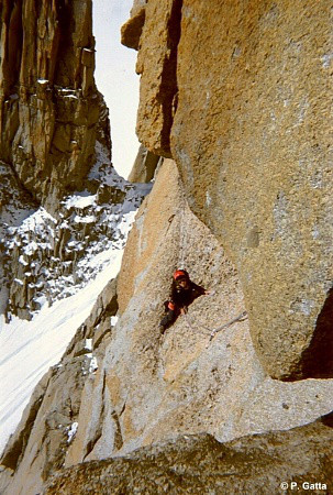 Crossing under the first big roof, 6b+ (� P. Gatta).