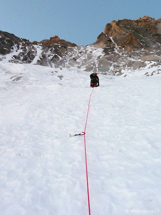 Jon Griffith heading up to Vivagel gully (left). We can see the thin ice gully of Late to say I'm sorry (right) (© P. Gatta)