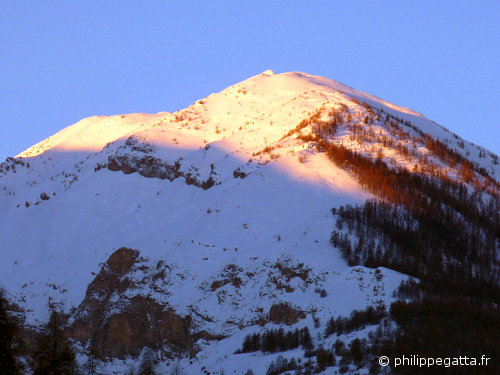 Croix de Carle (2529 m) early in the morning (© P. Gatta)