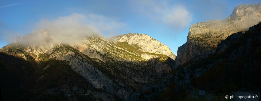 The cliff of Entonnoir and Mont St Martin seen from Aiglun (� P. Gatta)