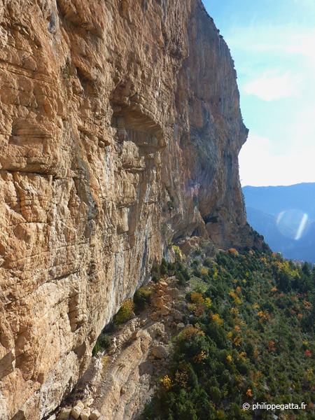 Left side of the cliff seen from Masotherapie pour tendons maniaques (� P. Gatta)