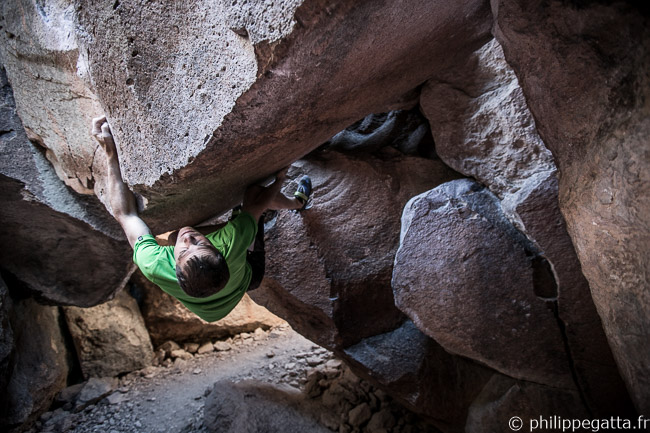Mothership Has Left Sit Start, V8. Passageway, Sad Boulders (© A. Gatta)