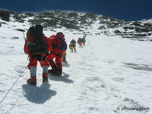 Climbers on the way to Everest camp 3 (I ftm 2nd from the bottom). (� P. Gatta)