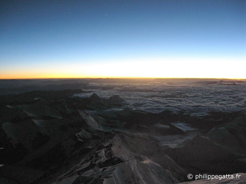 Sun rise on Everest (� P. Gatta)