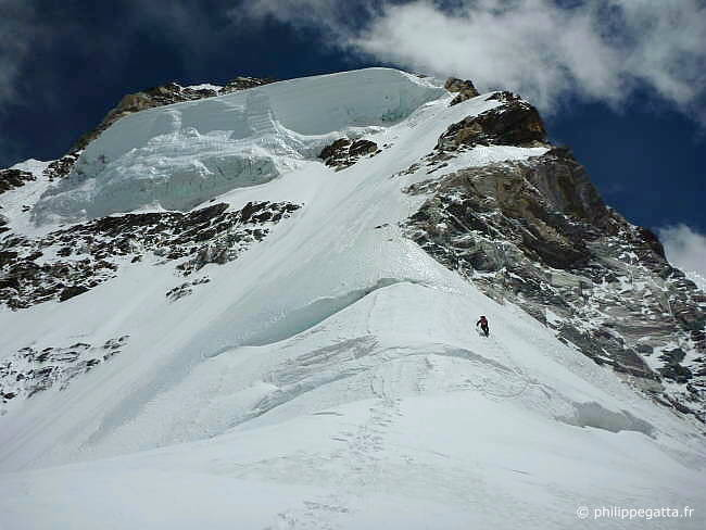 Philippe alone above 6400 m (Photo � j-M. Wojcik)