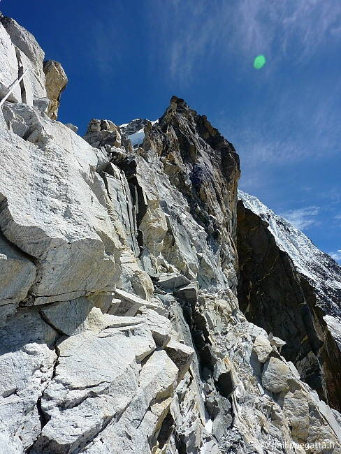 Yellow tower, key pitch below C2 at 5 900 m (Photo � P. Gatta)