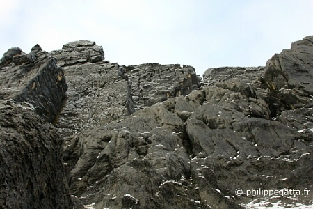 Carstensz's summit ridge seen from 4600m. The 1st gap and the Tyrolienne is visible (� P. Gatta)