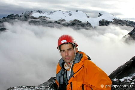 Philippe high up on Carstensz. Ngga Pulu and other 4800m Peaks are visible behind. New Zealand pass is on the left (� P. Gatta)