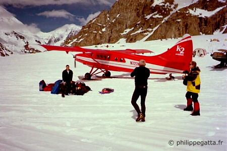 The plane and our gear on the Kalhitna Glacier (� P. Gatta)