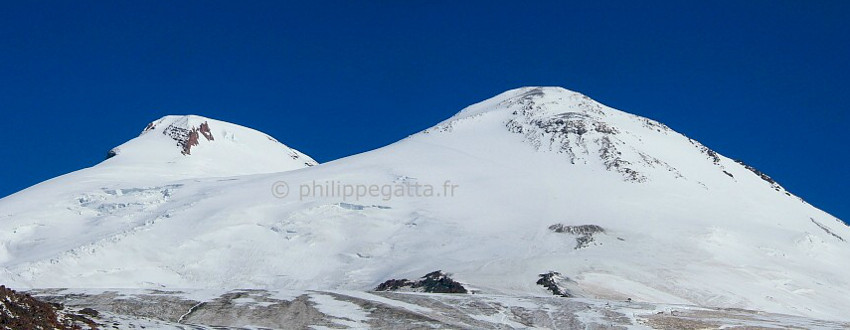 West and East summit of Mt. Elbrus seen from the Barrels hut (© P. Gatta)