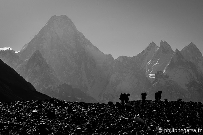 Porters with the Gasherbrum IV in the background (� P. Gatta)