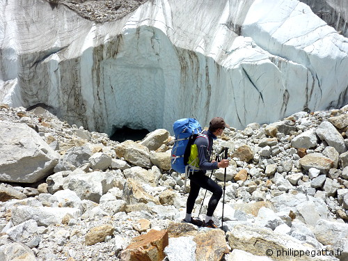 Philippe in the moraine of the Yalung glacier  (© Philippe Gatta)