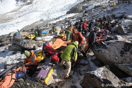 Packing the base camp  (© Philippe Gatta)