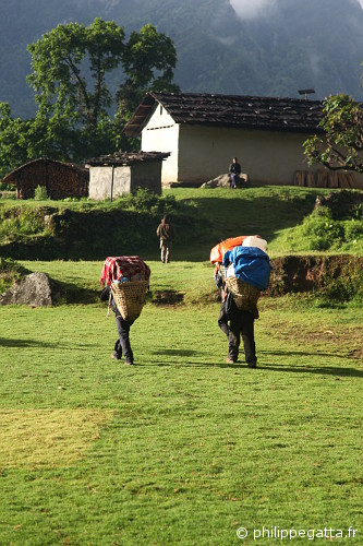 Porters in Yamphuding (© Philippe Gatta)