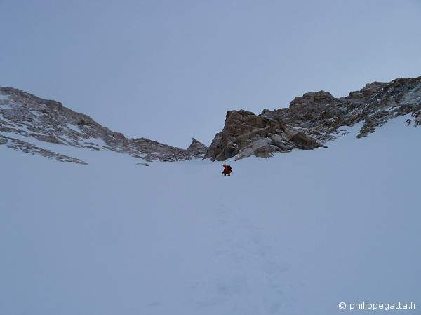 Pemba in the Couloir at 8,000 m (� A. Zuberer)