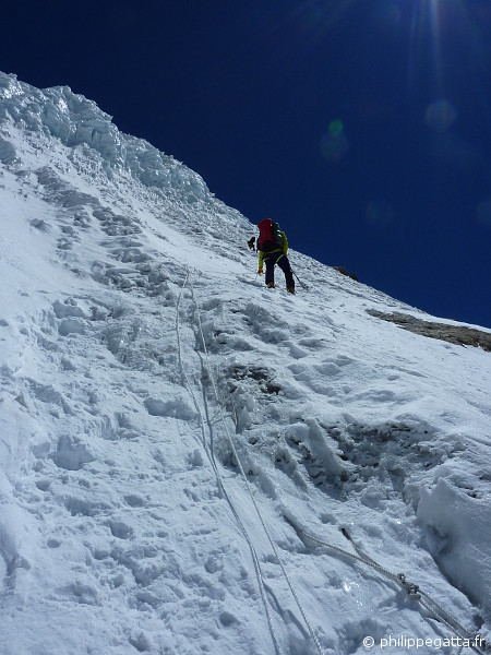 In the steep pitches at 6,100 m (� P. Gatta)