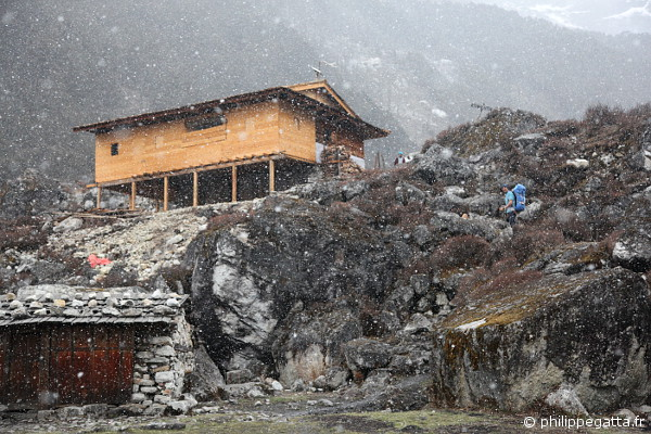 Arriving at Tseram under the snow (© A. Gatta)