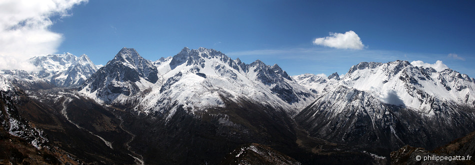 Kabru 4 (7,318 m), Rathong (6,679 m), Kokhtang (6,147 m), Khang La (pass to the Sikkim at 5,060 m) and Khangla Kang (5,561 m) (© P. Gatta)