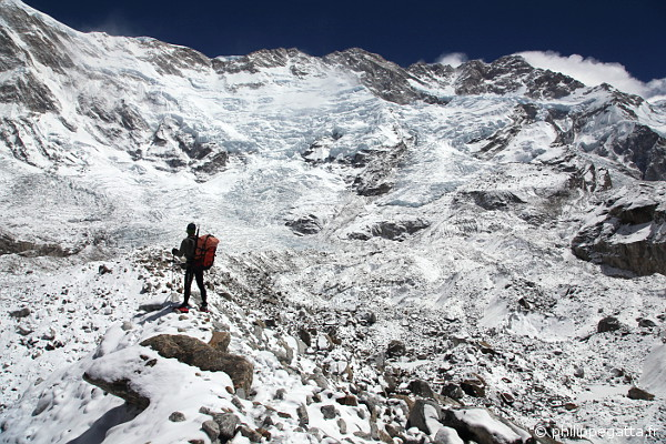 Jean-Marc on the huge Yalung glacier, Kangchenjunga behind (© P. Gatta)