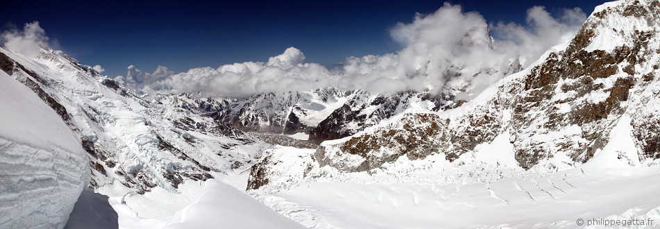 The Plateau seen from 6,700 m. The ridge above th camp 1 is in the center of the photo (© P. Gatta)