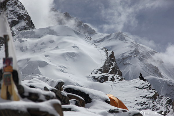 The route up to 6,000 m seen from the base camp (© P. Gatta)