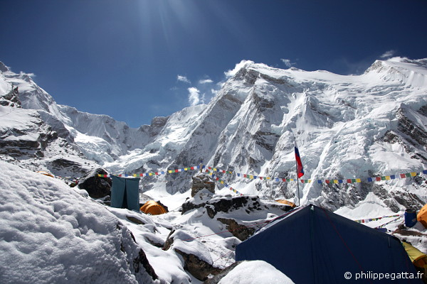 The Kangchenjunga base camp and the Kabru I behind (© P. Gatta)