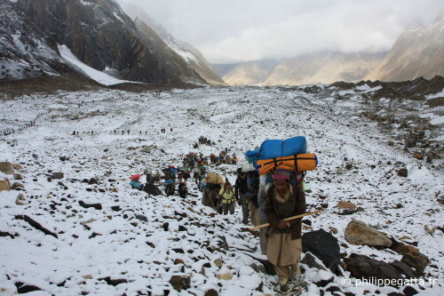 Porters on the Baltoro glacier between Urdukas and Goro 2 (Photo � P. Gatta)