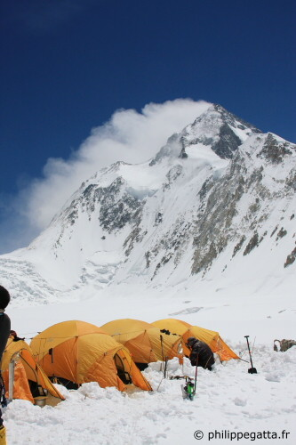 Jet stream blowing on the Gasherbrum 1. Gasherbrum La on the left (Photo © P. Gatta)