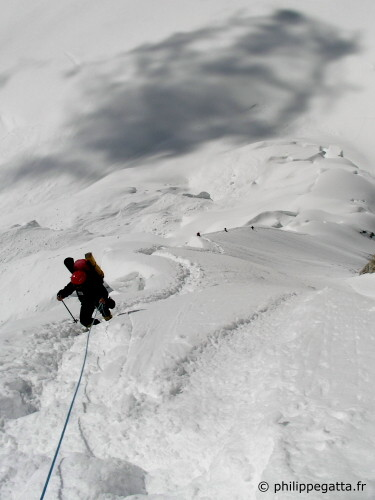 Climbers in the Banana ridge of Gasherbrum 2 (Photo � P. Gatta)