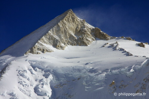 Camp 4, traverse and summit pyramid of Gasherbrum 2 (Photo © P. Gatta)