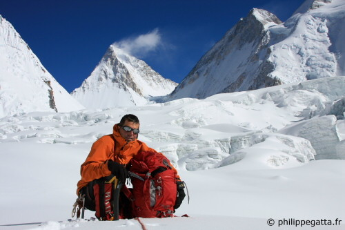 Philippe, Gasherbrum IV and III behind (Photo � P. Gatta, Gorgan Wildberger)