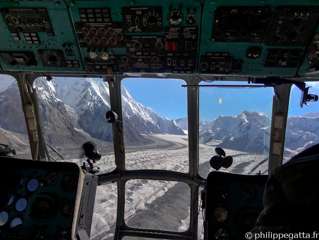 Helicopter flight to the Khan Tengri the base camp (� P. Gatta)