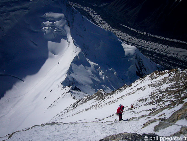 Philippe abseiling down. The West Col and the trail to C3 can be seen far below (� Y. Gosseaume)