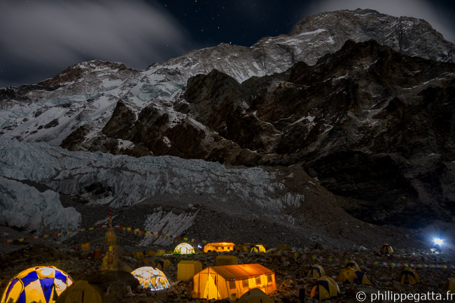 Night shot of the ABC with the Makalu behind (© P. Gatta)