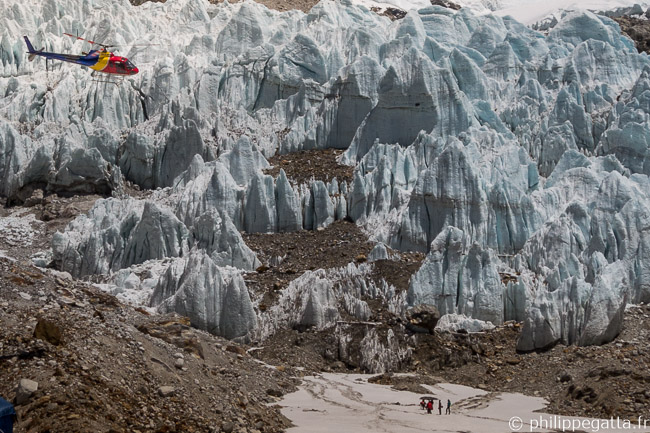 Helicopter carrying climbers and food to ABC (© P. Gatta)