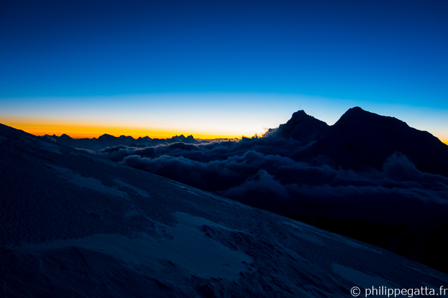 The silhouettes of Lhotse and Everest seen from the Makalu La (© P. Gatta)