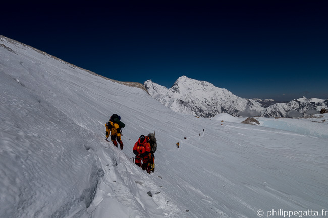 On the way to C4 with Everest in the background (© P. Gatta)