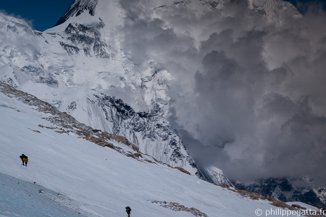Climbers on the way to Makalu camp 4, Everest in the clouds behind (© P. Gatta)