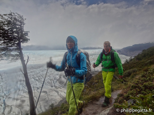 Anna and Yannick with Grey Glacier behind (© P. Gatta)
